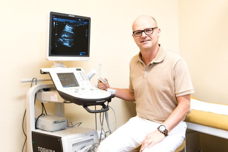 Dr. Martin Vorauer am Ultraschallgerät